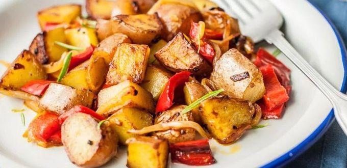 Жареный картофель с красным перцем и луком