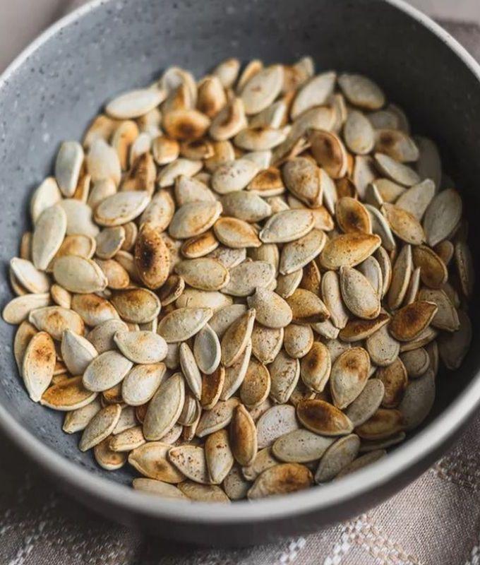 Если вы любите подсоленные тыквенные семечки, замочите на ночь в растворе 1/4 стакана соли на 2 стакана воды. Просушите еще день, затем действуйте, как указано выше. Хранить в герметичном контейнере при комнатной температуре до 3 месяцев или в холодильнике до 1 года.